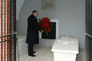 American Village leader Tom Walker places a wreath at Washington's Tomb at Mount Vernon, Va. (Contributed)