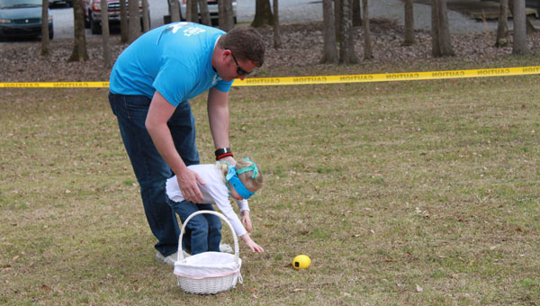 James and Sarah Thomas hunt for eggs March 9. (Reporter photo/Christine Boatwright)