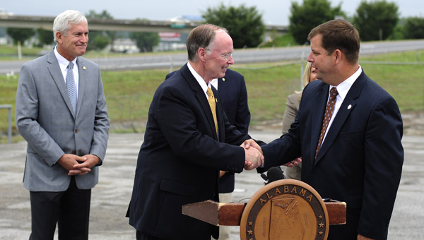 Gov. Robert Bentley shakes the hand of Calera Mayor Jon Graham at a press conference July 24. At the conference, Bentley announced the city of Calera would receive $8 million to expand the U.S. 31 bridge over I-65 in Calera. (Reporter Photo/Jon Goering)