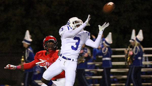 Chelsea's Jay Vickers hauls in a pass in a 33-20 win over Thompson on Oct. 30. (Contributed/Eric Starling)