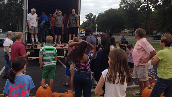 Volunteers work to unload nearly 2,900 pumpkins at the First Presbyterian Church of Alabaster on Sept. 29. (Contributed/Rachel Blackmon)