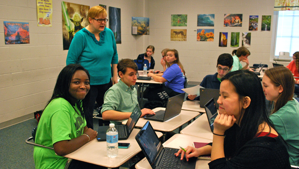 Tosha Caston-Smith's students work together on shared documents during a third-period pre-AP English class. (Reporter Photo / Molly Davidson)