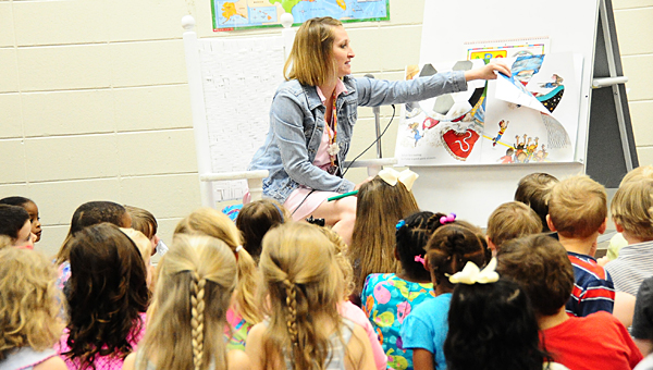 "Creek View Elementary School kindergarten teacher Paige Pearson reads ""If you Give a Mouse a Cookie"" to the school's incoming kindergarteners on May 6. (Reporter Photo/Neal Wagner)"