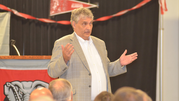 Sports Editor of the Tuscaloosa News, Cecil Hurt, addressed attendees of the Shelby County Chapter of the University of Alabama Alumni Association Aug. 20. (Reporter photo / Jessa Pease)