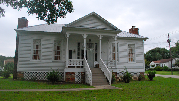 The Harpersville Library celebrated its grand opening with cake and refreshments on Aug. 7. The library recently moved into the historic Borum-Darby house on Alabama 25. (Reporter Photo / Molly Davidson)