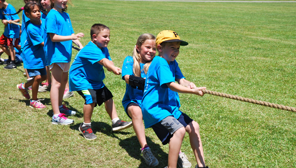 A team of students play tug-of-war during Inverness Elementary School's field day on May 19. (Reporter Photo/Molly Davidson)